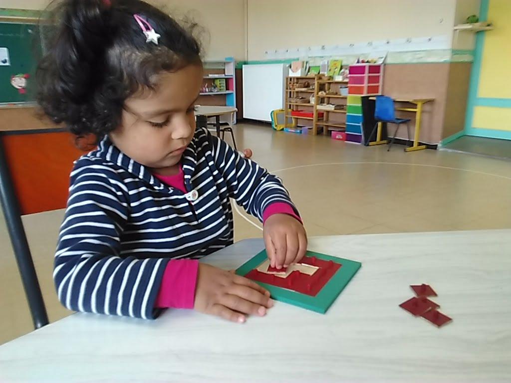 concentration autour d'un petit puzzle, travail détourné de la division, des équivalences avant même de savoir lire !