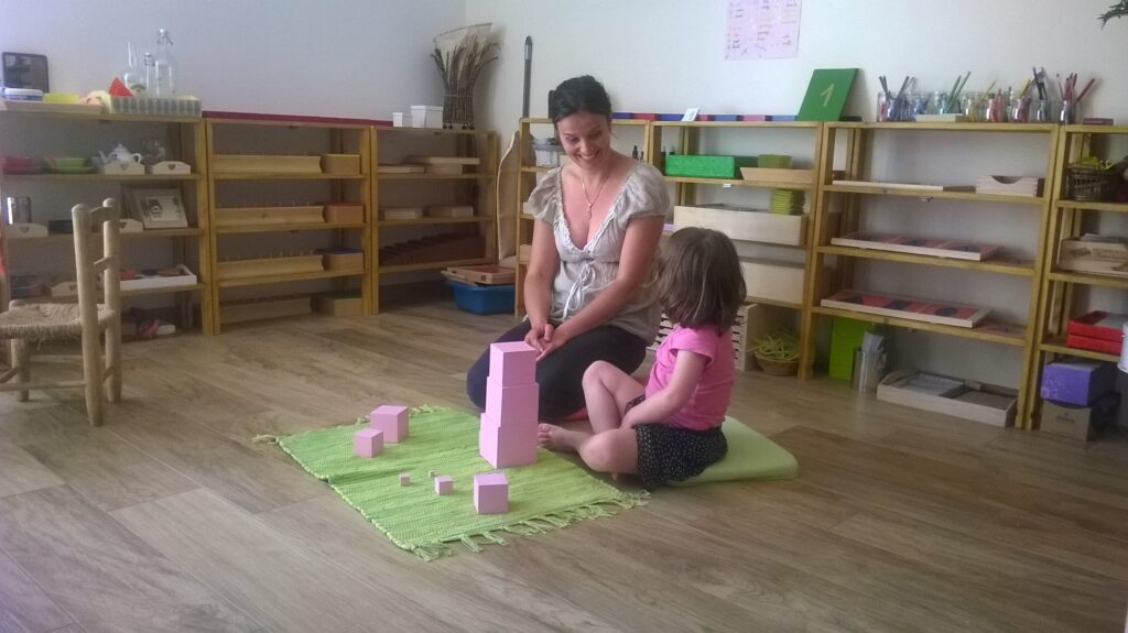 La tour rose pour s'amuser à faire des construction en se familiarisant avec la notion du cube ... Vive les mathématiques détournées !