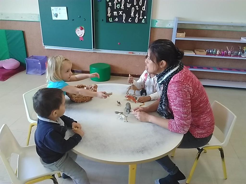 Jeux du petit oeil pour apprendre à reconnaître des sons dans un mot en manipulant des figurines très attirantes !